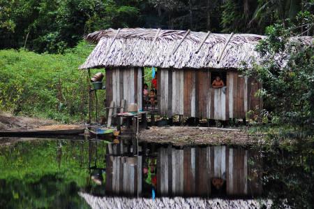 einfache-hutte-am-ufer